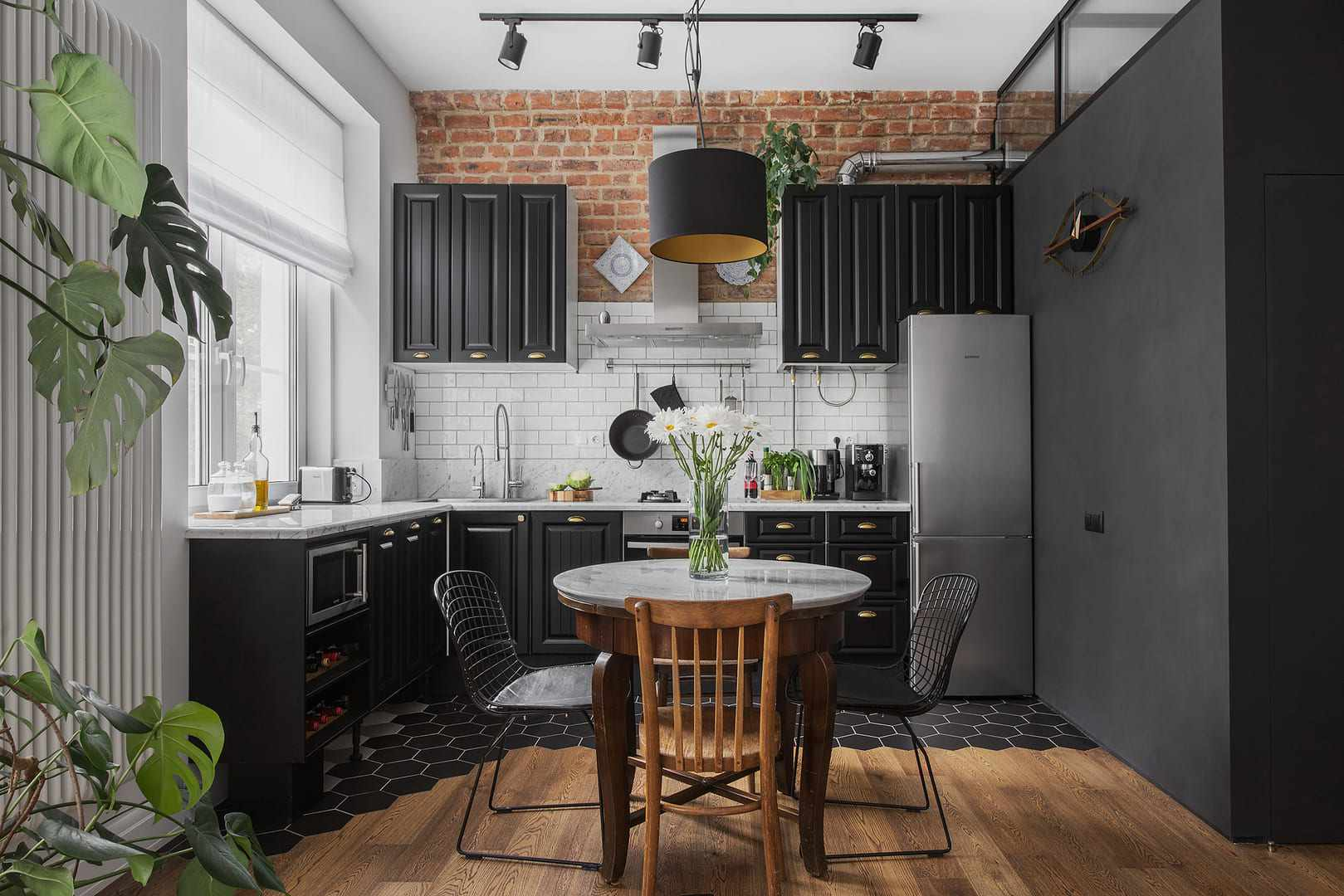 Muebles de cocina negros con ladrillo