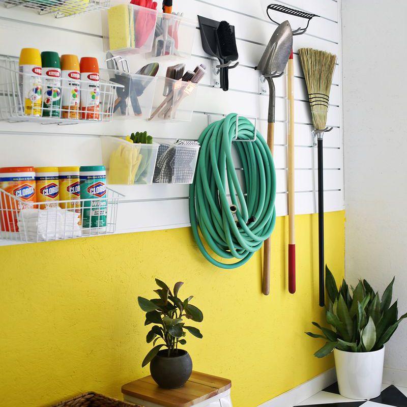 herramientas de organización en una pared de listones