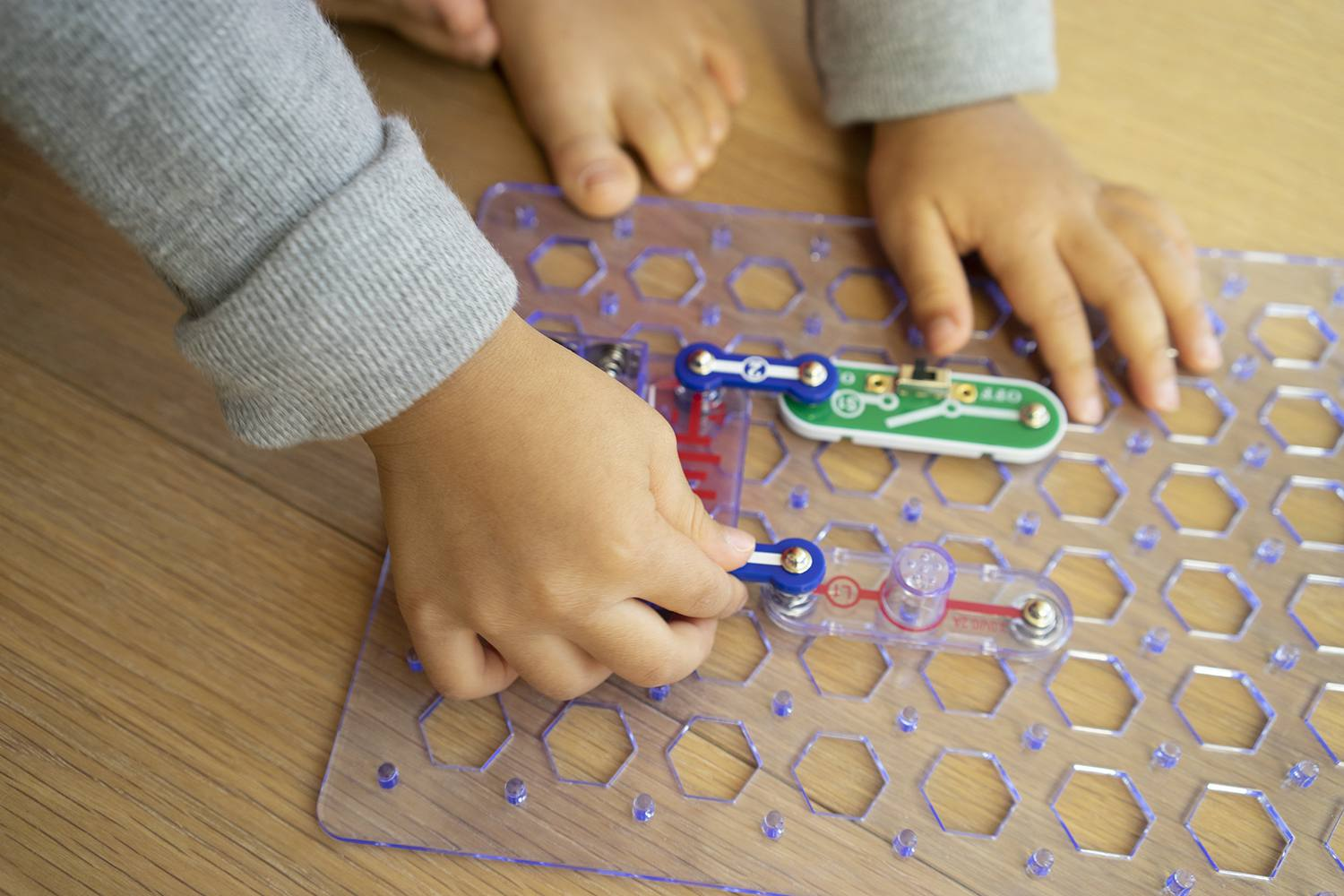 The 10 Best Educational Toy Gifts To Buy In 2019 That Snap Together Easily You Also Get An Elenco Circuits Jr Sc 100 Discovery Kit