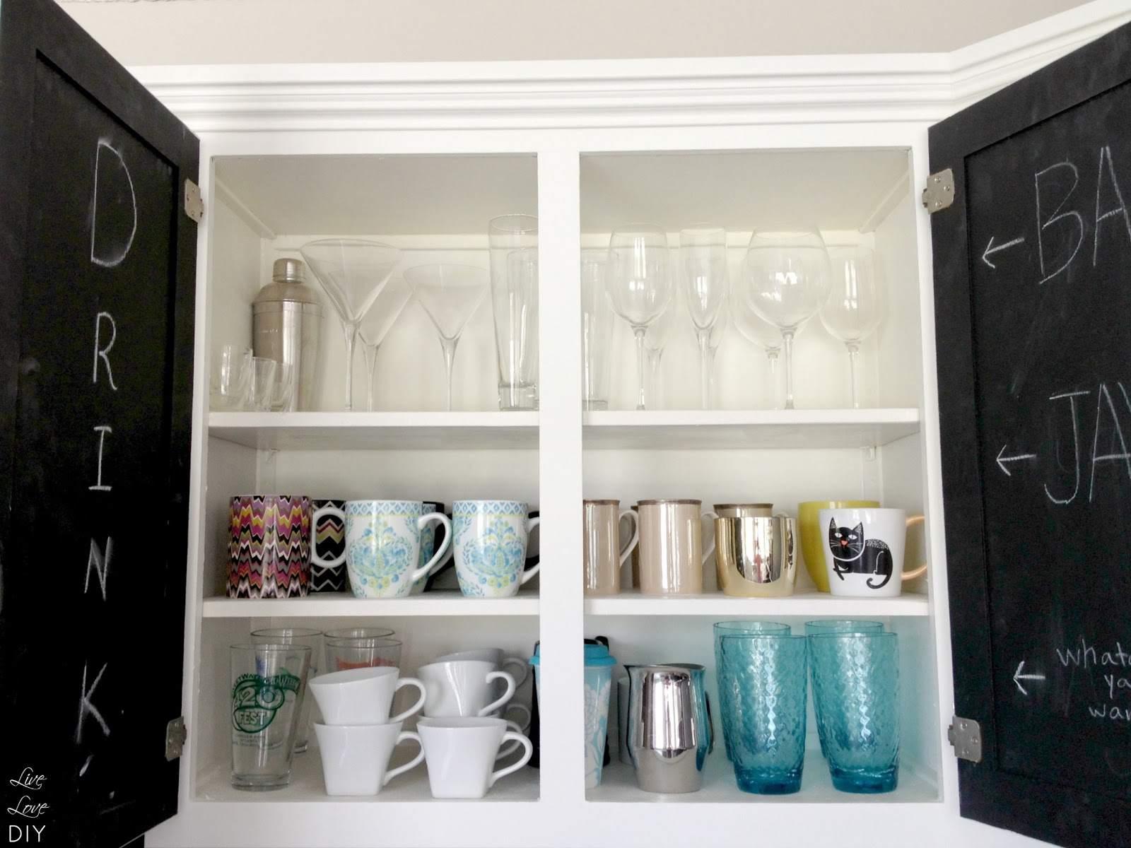 Armarios de cocina pintados de blanco con interiores de pizarra