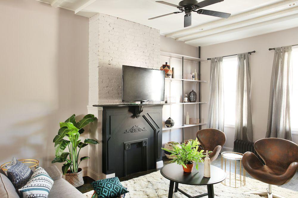 Paredes pintadas de gris con un toque de marco lila en una habitación moderna y elegante