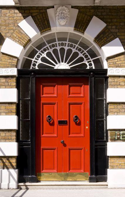 puerta roja en marco negro