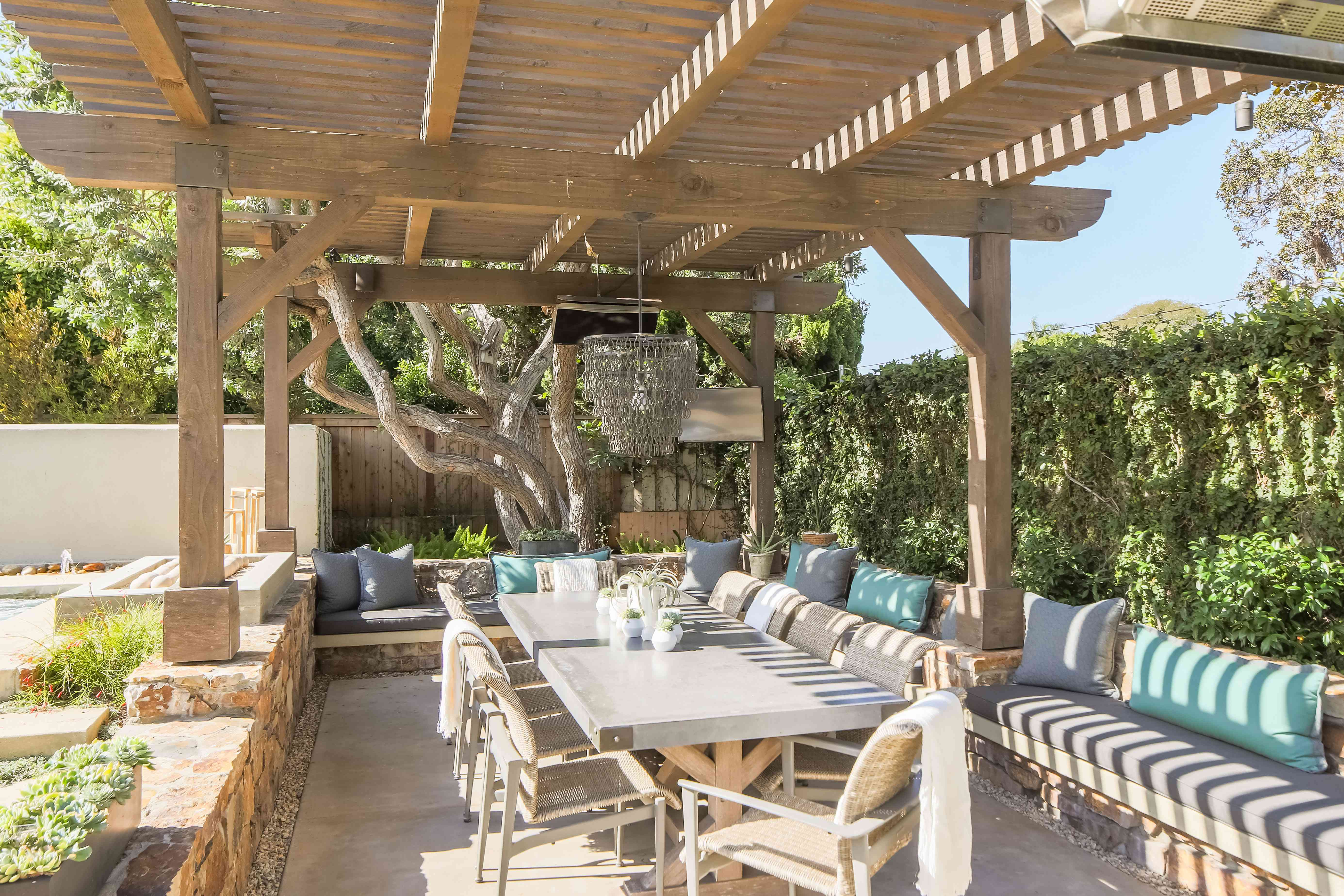 outdoor dining and bench seating under pergola