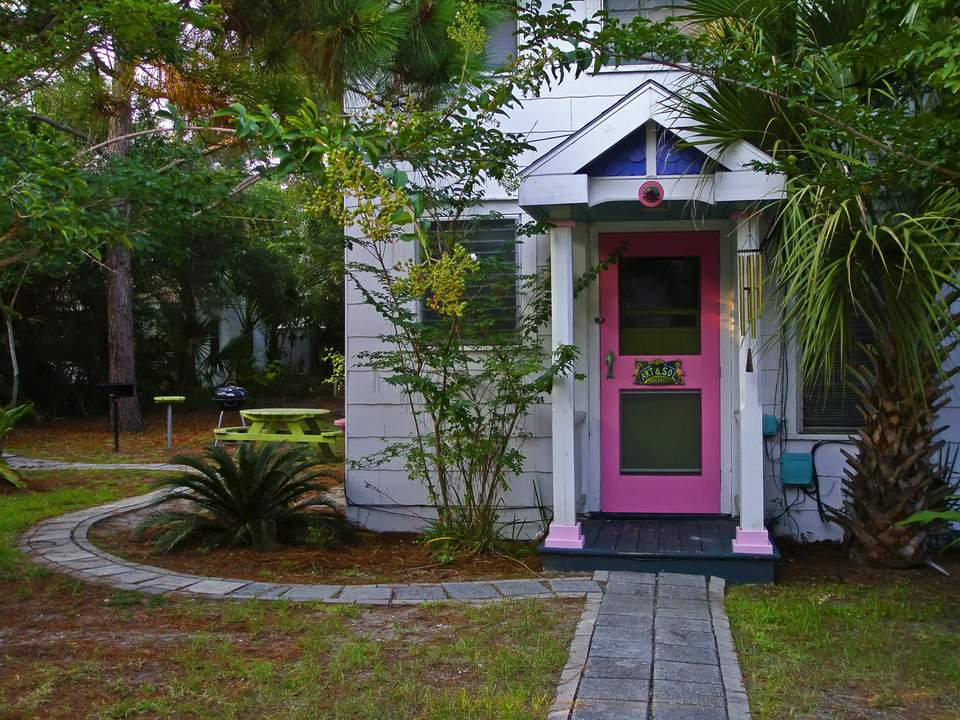Puerta principal rosa de casa de playa
