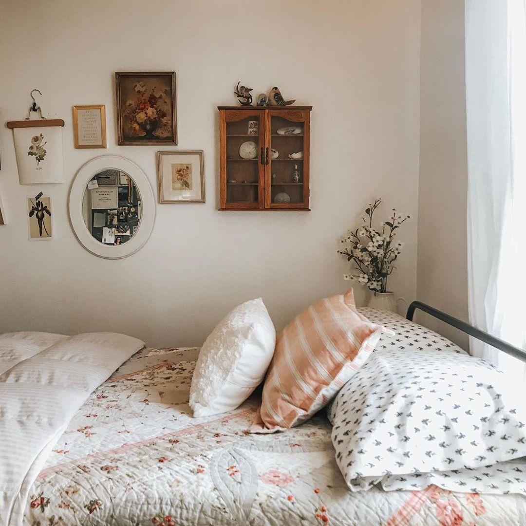 Bedroom with vintage accessories