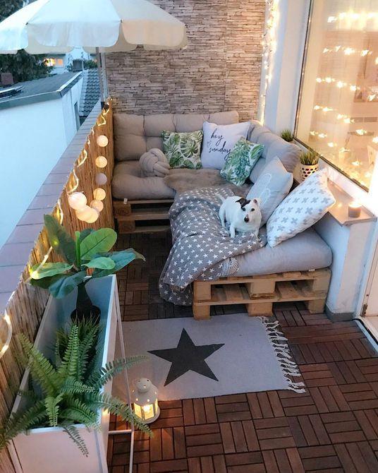 sofá de paleta en el balcón