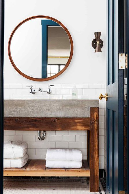 Puerta azul marino en madera y baño blanco