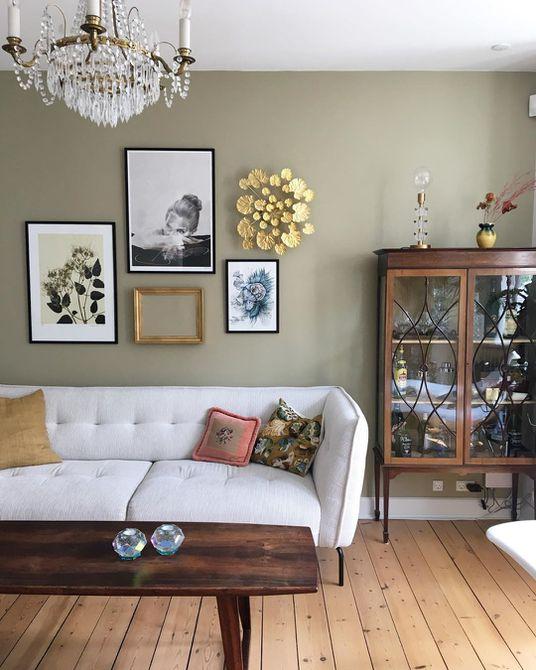 Sala de estar con paredes de olivo y muebles de madera