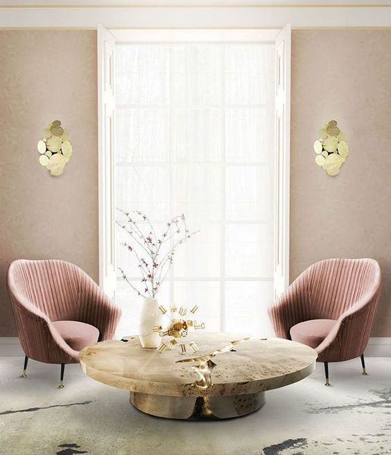 Sala de estar con sillas laterales de color rosa oscuro