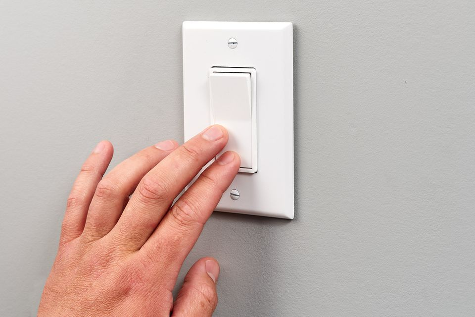 Single pole switch turned on by hand