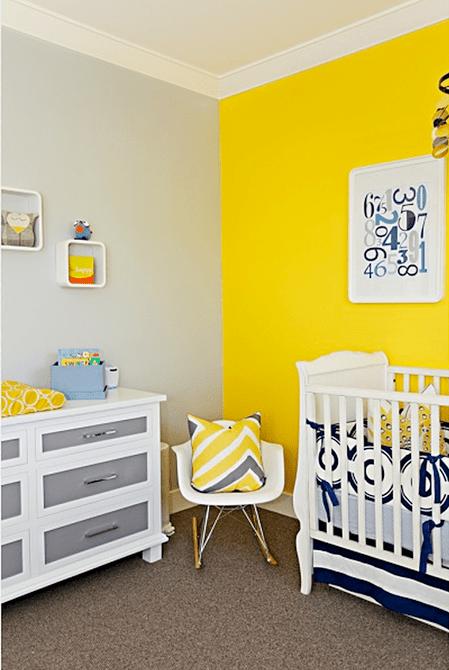 Habitación infantil amarilla y gris soleada