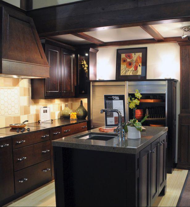 Diseño de madera oscura en esta cocina