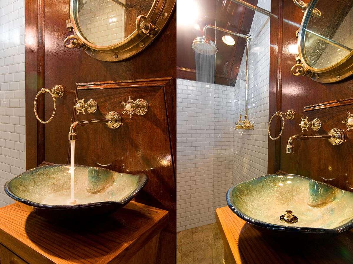 baño náutico con madera acentos