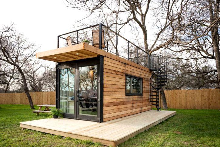 Casa pequeña y moderna con terraza en el techo