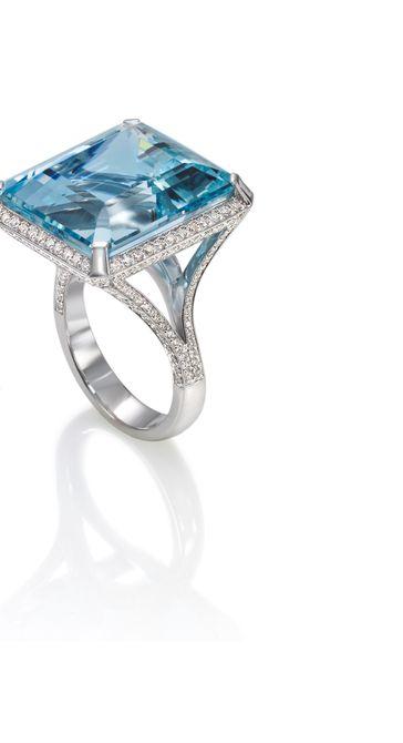 Anillo de compromiso de topacio azul y diamantes de Erica Courtney en oro de 18 quilates