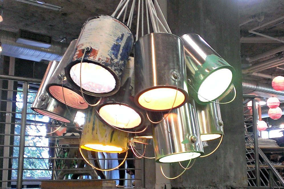 Latas de pintura viejas recicladas como una lámpara de araña