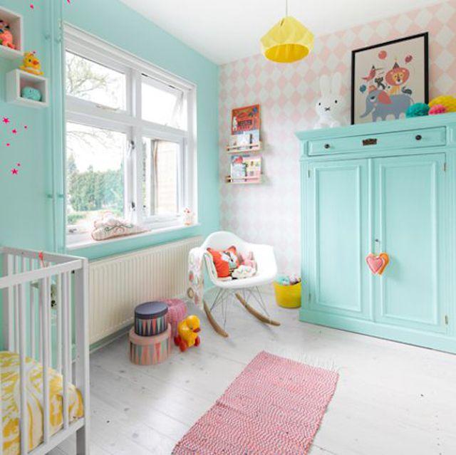 Bonito cuarto de niños en tonos pastel en verde menta, rosa y amarillo