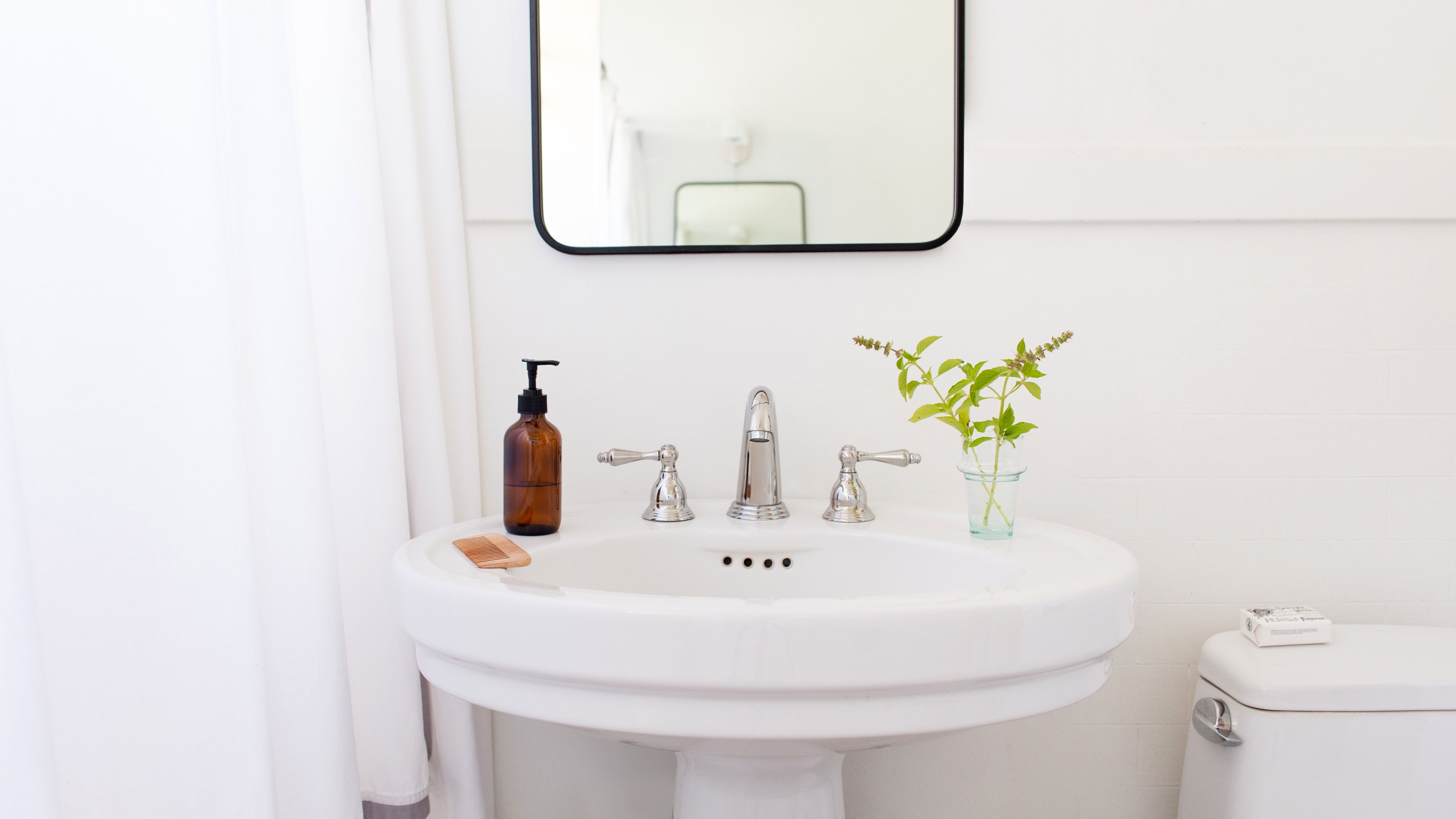 Picture of: How To Make A Small Bathroom Look Bigger