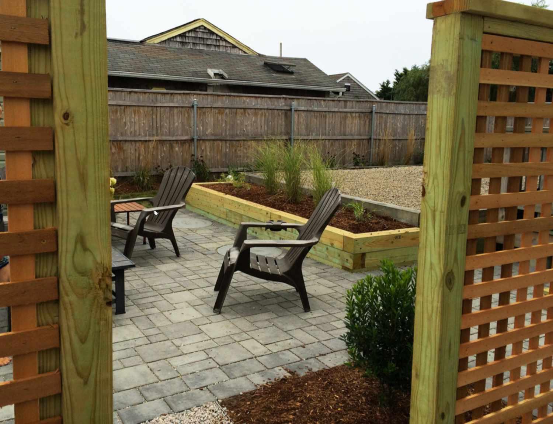 patio pequeño con maceta