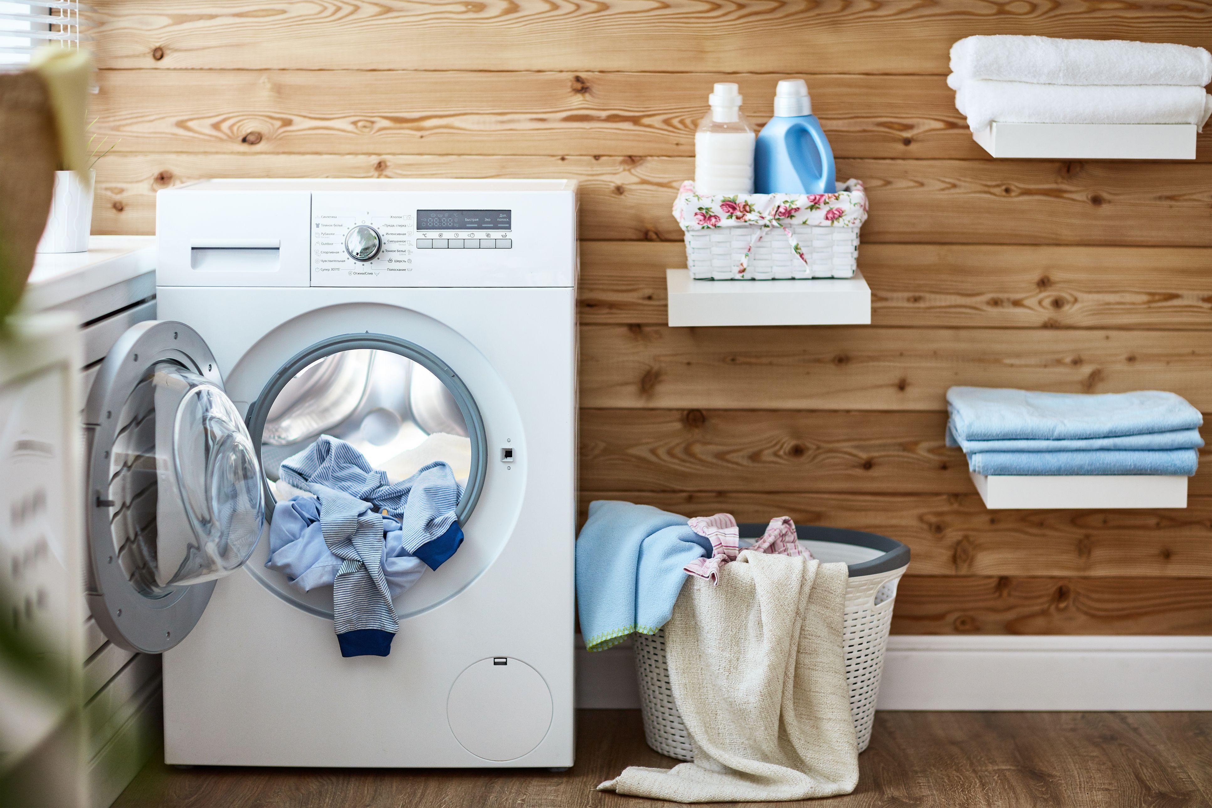 Interior de la lavandería real con lavadora en ventana en casa