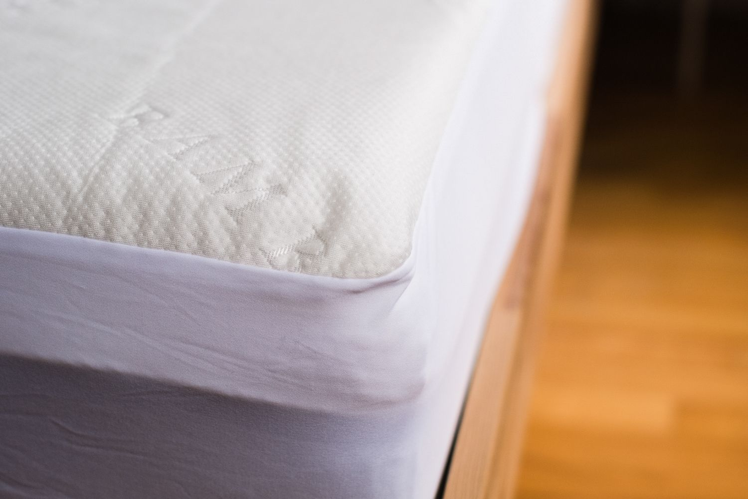 Red Nomad Bamboo Hypoallergenic Mattress Protector