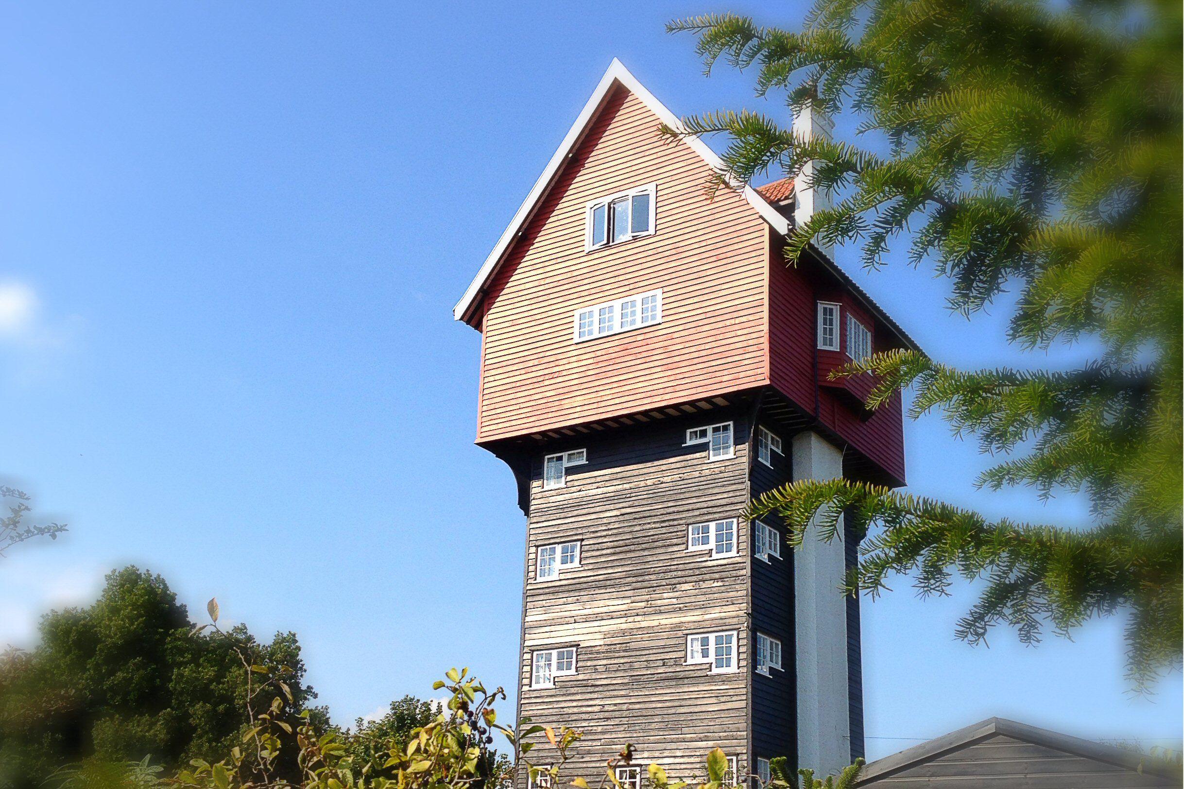 Casa de dos lados sobre una base de varios pisos