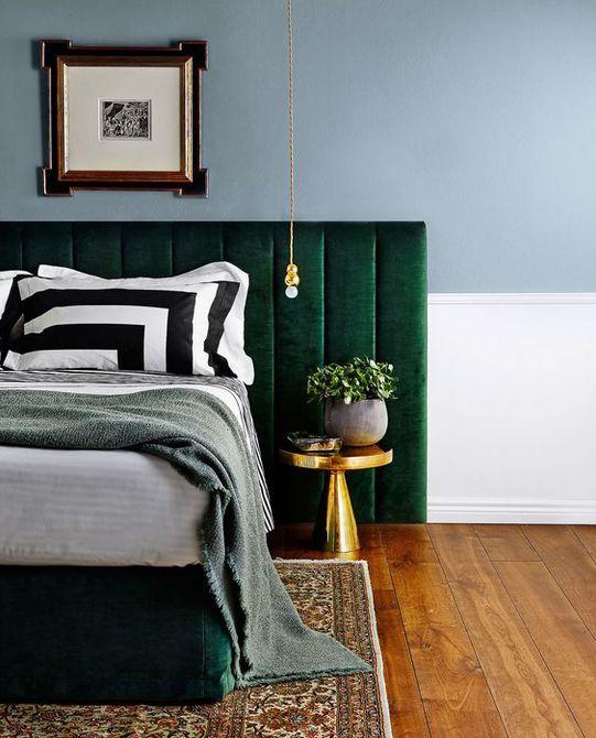Dormitorio con cabecero de capitoné verde  , Barra de isla de cocina blanca con superficie inferior verde