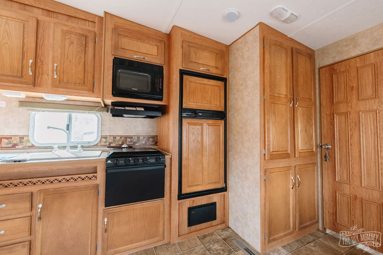 Cocina en camper con todos los gabinetes de madera