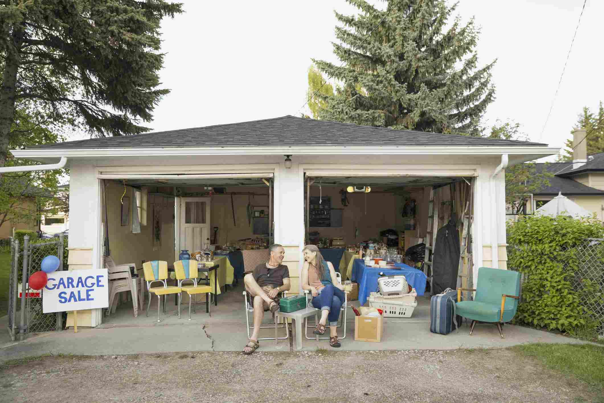 pareja en venta de garaje