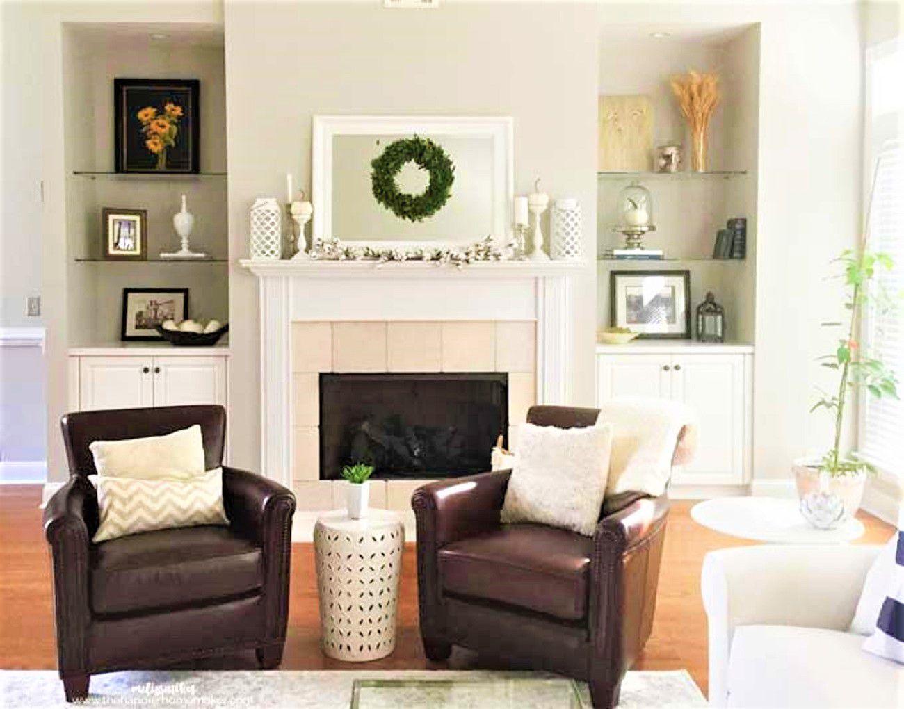 pintada de blanco con sillas de cuero y chimenea .