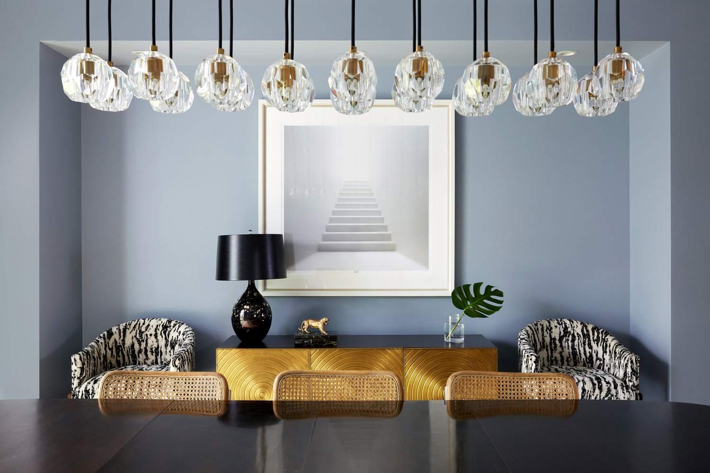 lámpara de araña colgante sobre la mesa