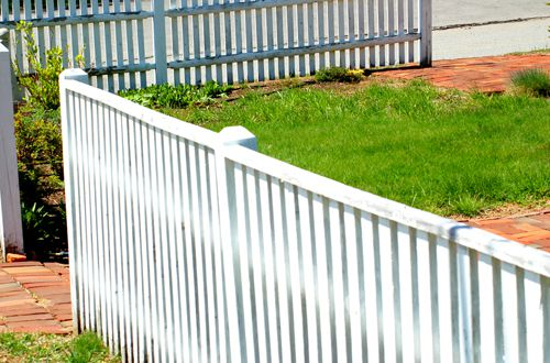 Picture of a baluster fence with a top rail.