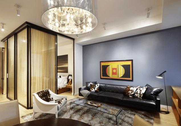 Sala de estar con estampados de animales en el apartamento moderno