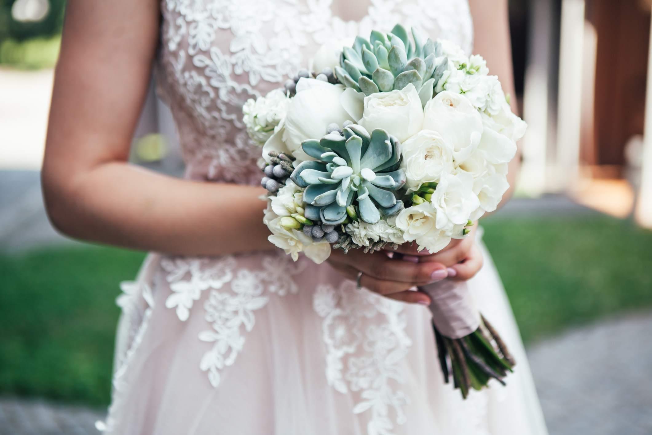 Ramo de novia blanco con suculentas
