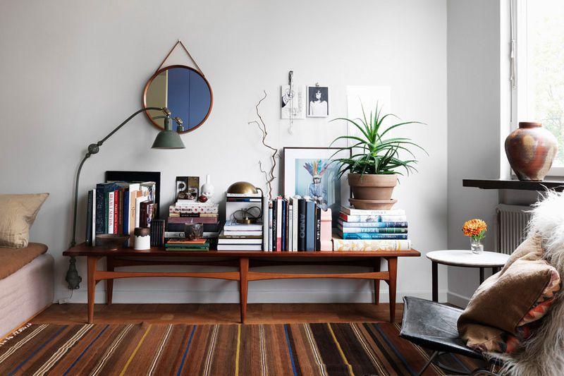 libros apilados en la mesa consola