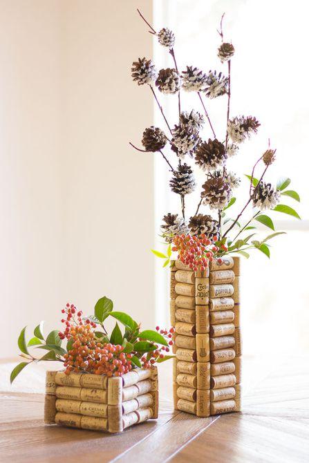Dos floreros hechos de corchos