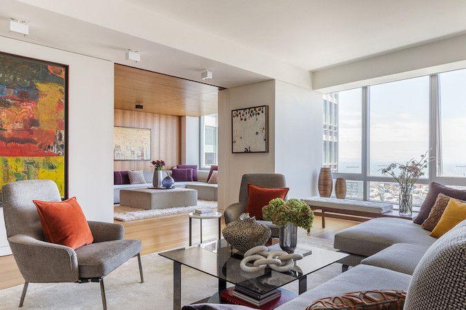 obras de arte y ventanas luminosas en la sala de estar