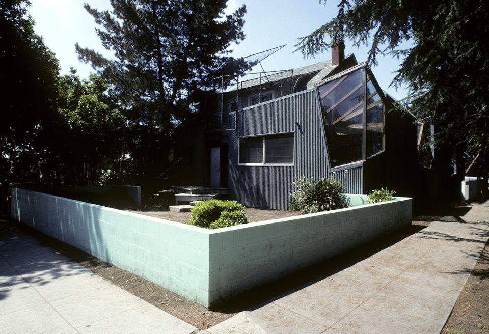 Exterior de la residencia Frank Gehry en 1002 22nd Street en 1991, California