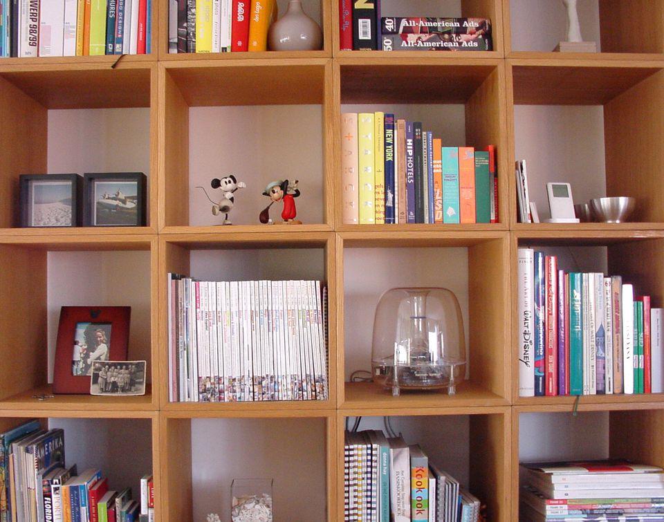 Libros y cosas en una estantería.