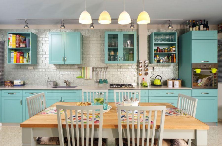Muebles de cocina brillantes con encimera negra y cuatro sillas