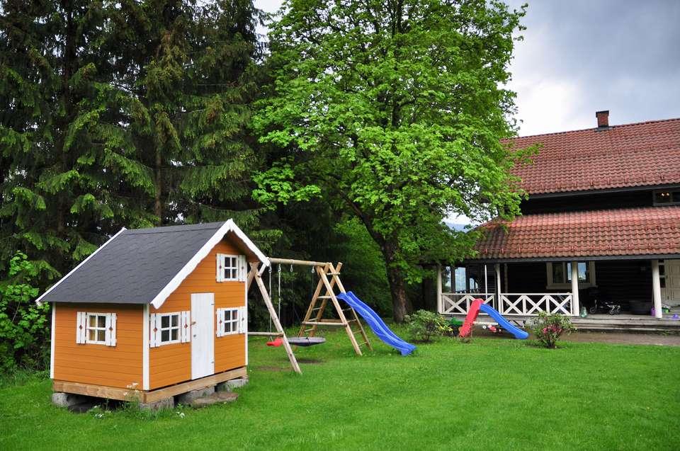 casa de juegos en el patio trasero