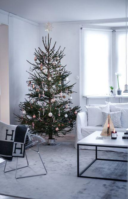 Árbol de Navidad moderno en la sala de estar escandinava