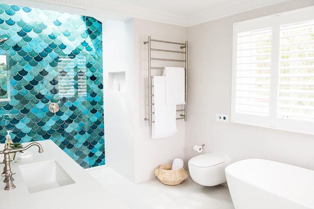 Baño con azulejos aqua