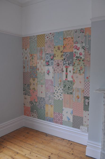 Pared decorativa de mosaico hecha con trozos de papel tapiz vintage