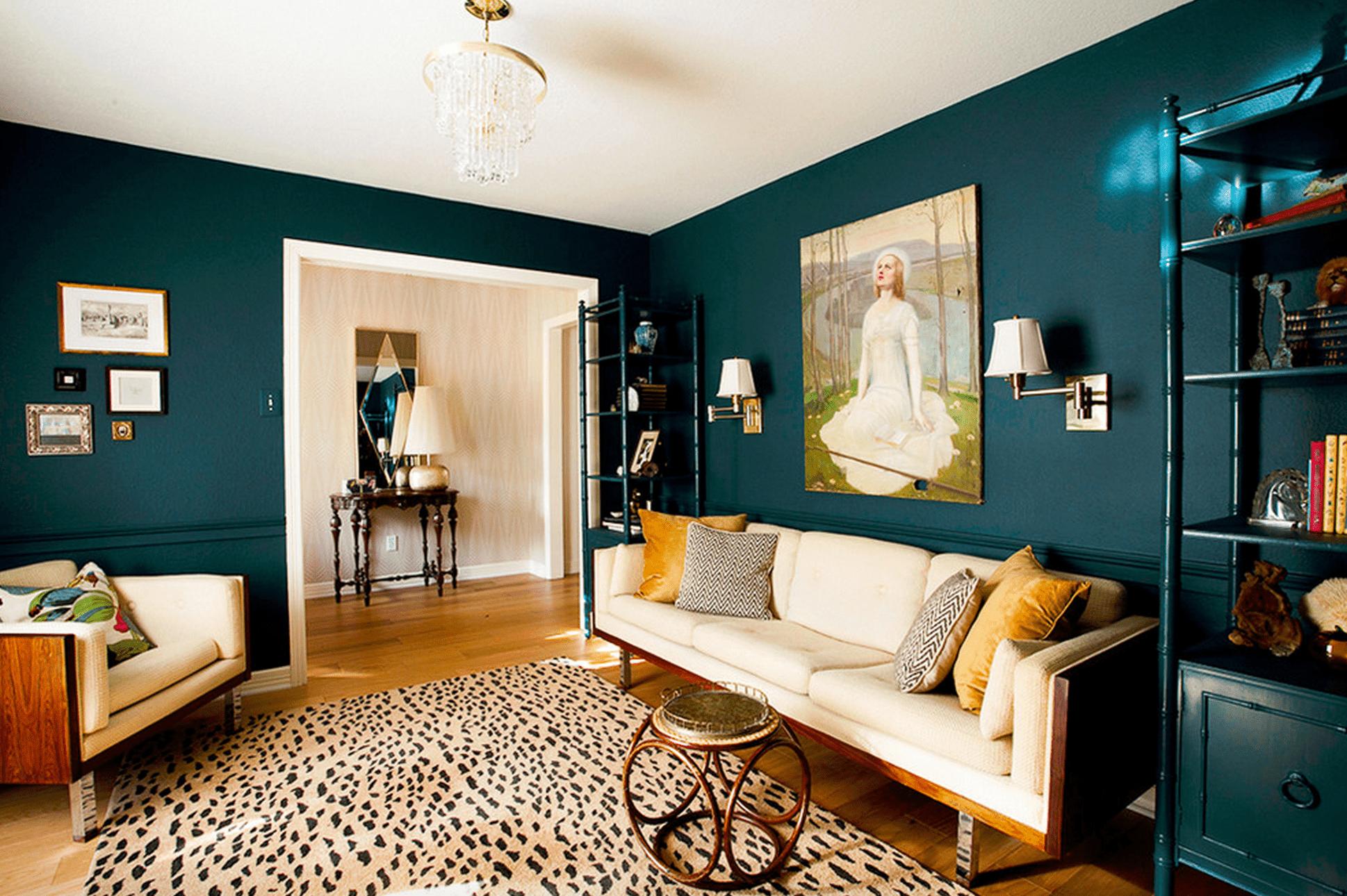 Salón azul profundo con alfombra de leopardo