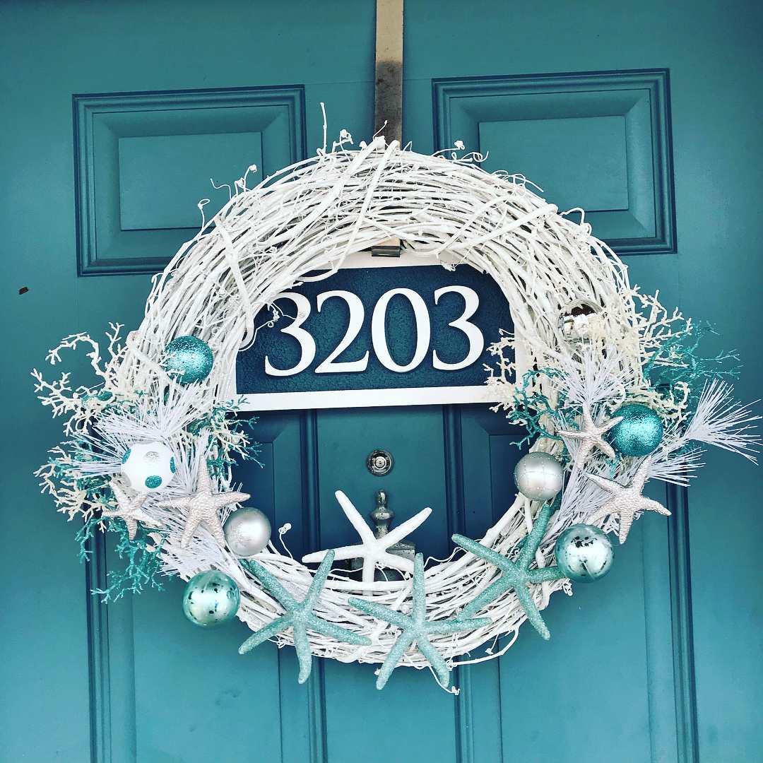 Corona de Navidad en una puerta