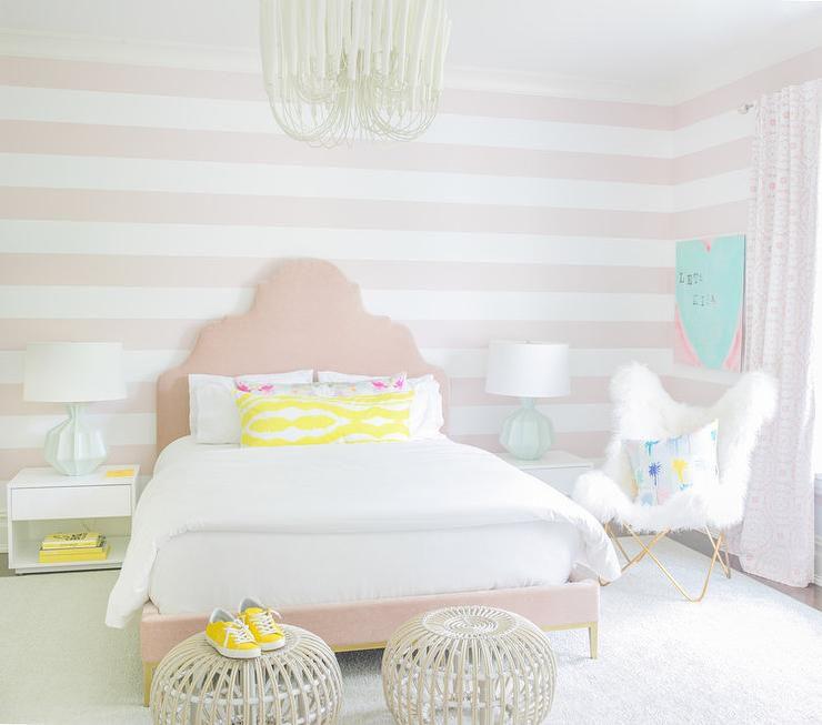 sillón orejero cubierto de piel mongol en el dormitorio juvenil