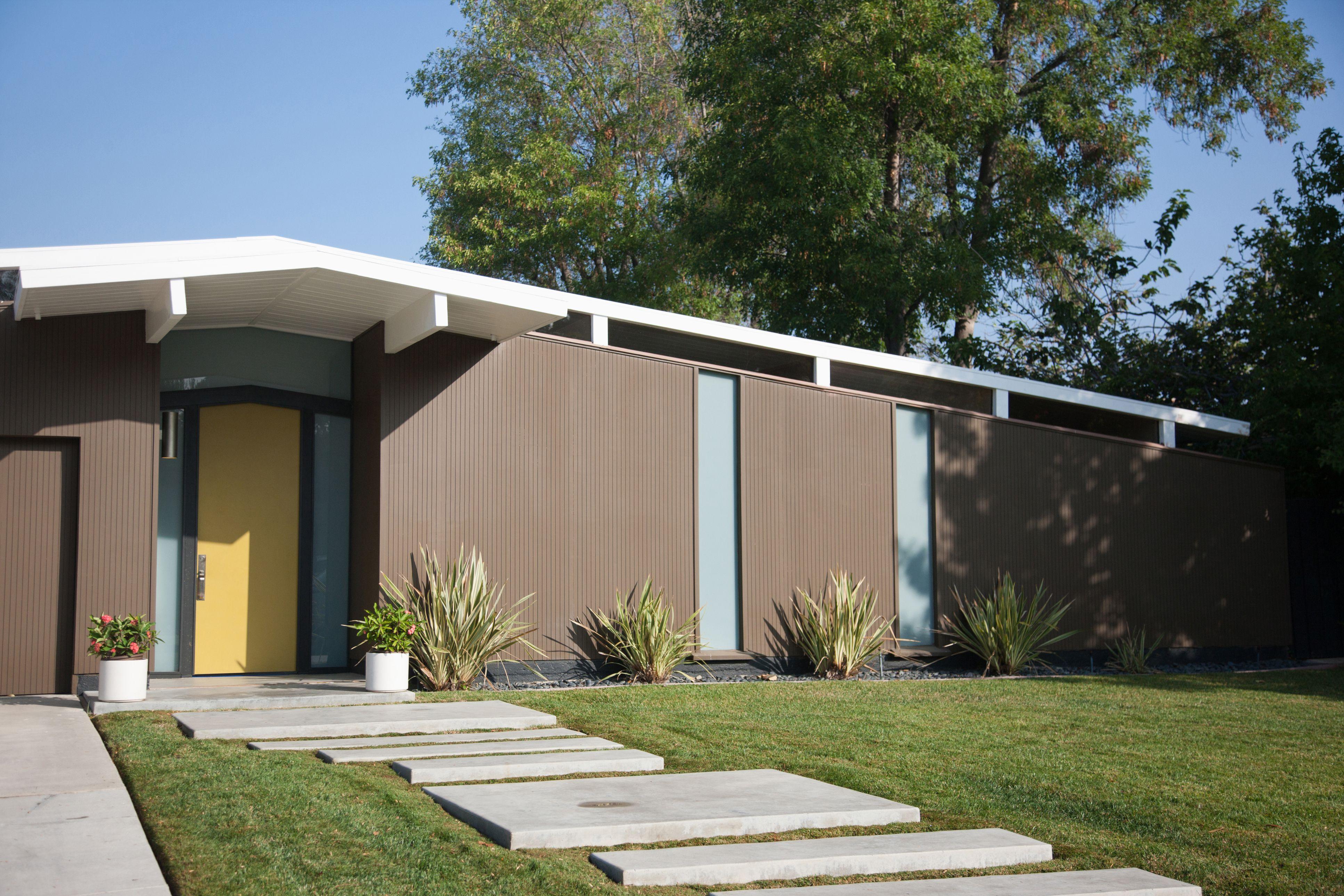 Una casa Eichler con una puerta amarilla
