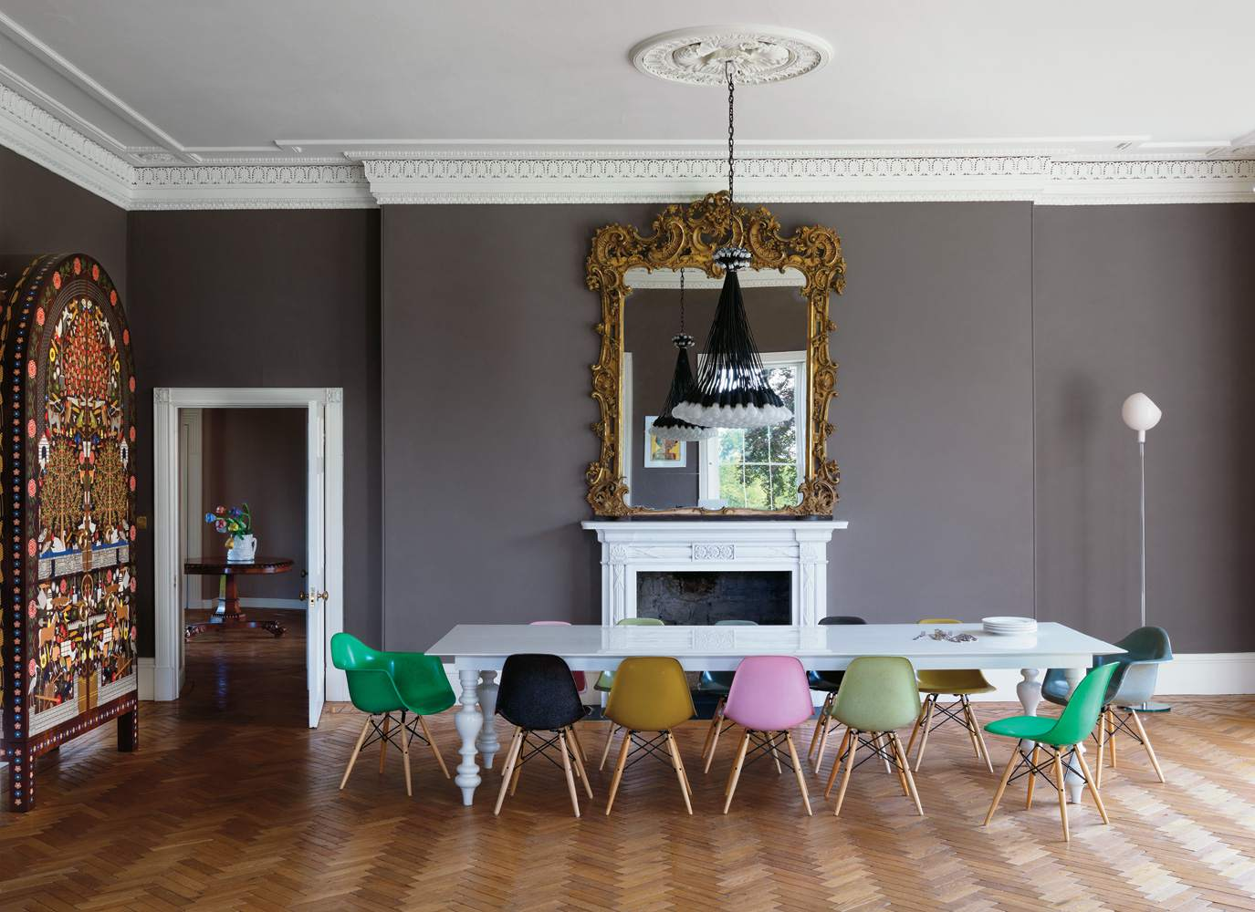 paredes de color marrón oscuro y sillas de colores