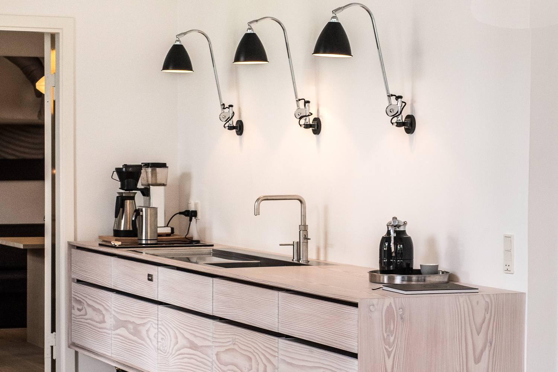 Industrial diseño de iluminación sobre el fregadero de la cocina